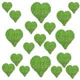 Segni di forma del cuore su superficie a pascolo verde Fotografia Stock