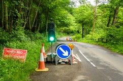 Segni di lavori stradali e semaforo Immagini Stock