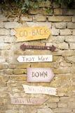 Segni di legno che appendono sulla parete Fotografie Stock Libere da Diritti