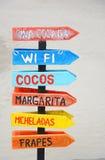 Segni di legno che indicano la barra tropicale del cocktail Fotografie Stock Libere da Diritti