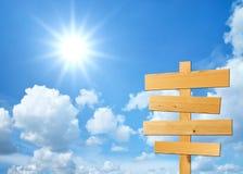 Segni di legno con la priorità bassa del cielo Fotografia Stock