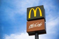 Segni di McCafe e di McDonalds sulla posta Fotografia Stock