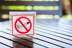 Segni di non fumatori sulla tavola Fotografia Stock