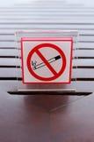 Segni di non fumatori sulla tavola Immagine Stock