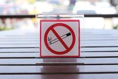 Segni di non fumatori sulla tavola Immagine Stock Libera da Diritti