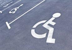 Segni di parcheggio per i handicappati Fotografia Stock