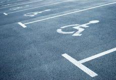 Segni di parcheggio per i handicappati Fotografie Stock Libere da Diritti