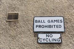 Segni di proibizione ad una parete della casa Fotografia Stock