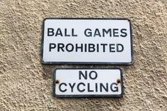 Segni di proibizione ad una parete della casa Fotografie Stock