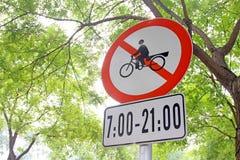 Segni di traffico stradale sull'albero Fotografia Stock
