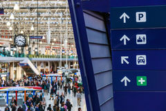 Segni direzionali alla stazione di Waterloo Immagine Stock