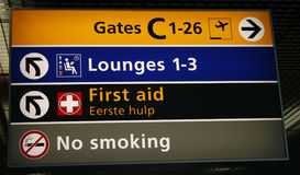 Segni direzionali dell'aeroporto Fotografia Stock