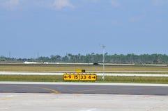 Segni direzionali della pista dell'aeroporto Immagini Stock
