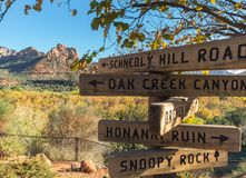 Segni direzionali, Sedona, Arizona fotografia stock libera da diritti