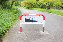Segni in discesa della bici di cautela Fotografia Stock Libera da Diritti