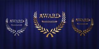 Segni dorati, d'argento e bronzei del premio con la corona dell'alloro isolata sul fondo blu della tenda Progettazione del premio illustrazione di stock
