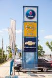 Segni e bandiere ufficiali di gestione commerciale contro cielo blu Fotografia Stock