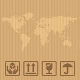 Segni fragili e scatola d'imballaggio della mappa di mondo Vector la scatola dell'illustrazione sul fondo marrone della consegna  Fotografia Stock