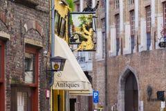 Segni fuori del negozio antico Bruges Fotografie Stock