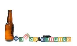 Segni i blocchi con lettere che compitano l'azionamento potabile con le chiavi e una bottiglia di birra Fotografie Stock Libere da Diritti