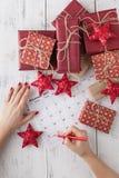 Segni il calendario della data per il Natale, il 25 dicembre, con le decorazioni festive Fotografia Stock
