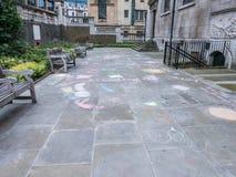 Segni l'arte col gesso del marciapiede nel sagrato della st Andrew Holborn, Londra Fotografie Stock
