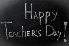 Segni l'iscrizione col gesso, il giorno dell'insegnante felice sul bordo nero Immagine Stock Libera da Diritti