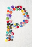 Segni la P con lettere dell'alfabeto dei bottoni di vari forme e colori Fotografia Stock