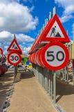 Segni limite di velocità del lavoro in corso Fotografia Stock