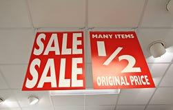 Segni mezzi del negozio di prezzi di vendita immagine stock libera da diritti