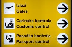 Segni multilingue dell'aeroporto Fotografia Stock Libera da Diritti