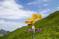 Segni per le tracce differenti nelle alpi svizzere Immagini Stock