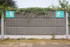 Segni su un binario della stazione ferroviaria come metafora per vita fotografie stock libere da diritti
