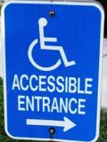 Segno accessibile di handicap blu e bianco fotografie stock
