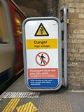 Segno ad alta tensione del pericolo ad una stazione ferroviaria Immagini Stock Libere da Diritti