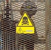 Segno ad alta tensione del pericolo con l'icona del cranio, simbolo della morte e le informazioni sulla energia elettrica present Fotografia Stock Libera da Diritti