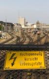 Segno ad alta tensione del pericolo a Hackerbruecke a Monaco di Baviera, 2015 Fotografia Stock Libera da Diritti