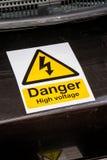 Segno ad alta tensione del pericolo su macchinario Fotografie Stock