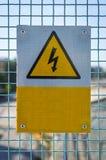 Segno ad alta tensione del pericolo su un recinto Fotografie Stock