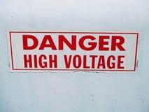 Segno ad alta tensione del pericolo su una scatola di potere Fotografia Stock