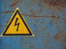 Segno ad alta tensione Vecchia alta tensione del pericolo del segno su un fondo arrugginito Immagine Stock Libera da Diritti