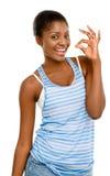 Segno afroamericano abbastanza giovane di approvazione della donna isolato su bianco Fotografie Stock