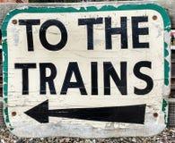 Segno: Ai treni fotografie stock libere da diritti