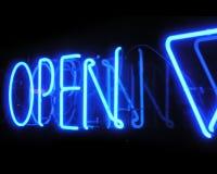 Segno al neon aperto del negozio alla notte Fotografie Stock Libere da Diritti