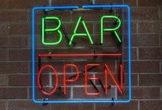 Segno al neon aperto della barra Fotografia Stock