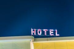 Segno al neon con l'hotel di parola Fotografia Stock