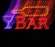 Segno al neon confuso della barra con una bottiglia di vino Fotografia Stock