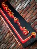 Segno al neon del cocktail sul mattone stagionato fotografie stock libere da diritti
