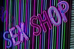 Segno al neon del negozio del sesso Fotografia Stock