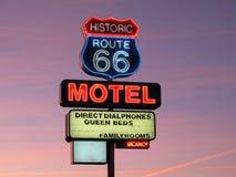 Segno al neon dell'itinerario 66 storici Fotografie Stock Libere da Diritti